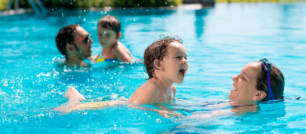 familia_en_piscina_de_condominio