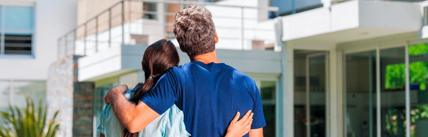 personas planeando comprar casa